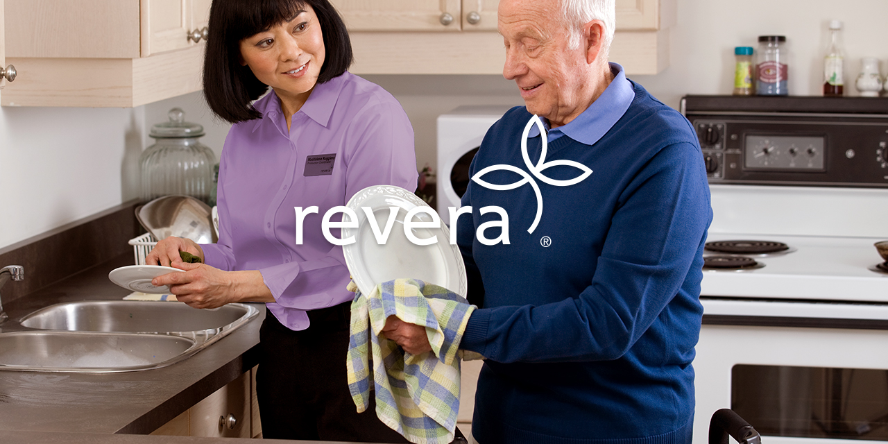 Revera employee helping a resident wash his dishes.